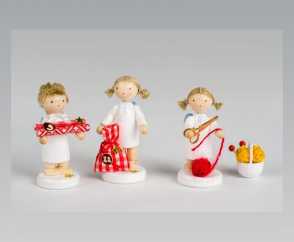 FLADE Engel mit Geschenkpapier, Säckchen und Schere und Wollknäuel