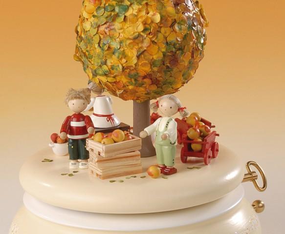 FLADE-Spieldose Der Apfelbaum im Herbst