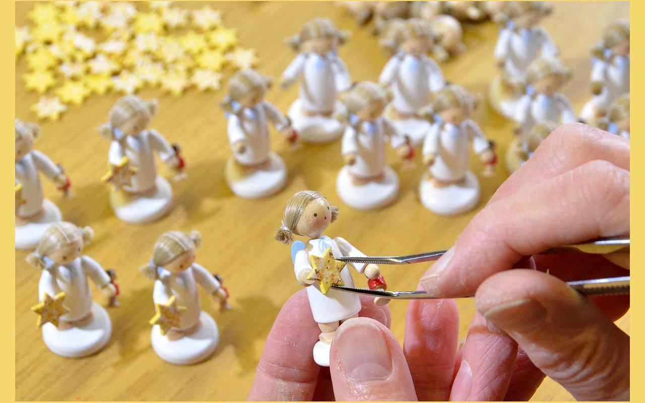 Die filigrane Figur Kathrinchen Zimtstern wird von geschickten Händen montiert.